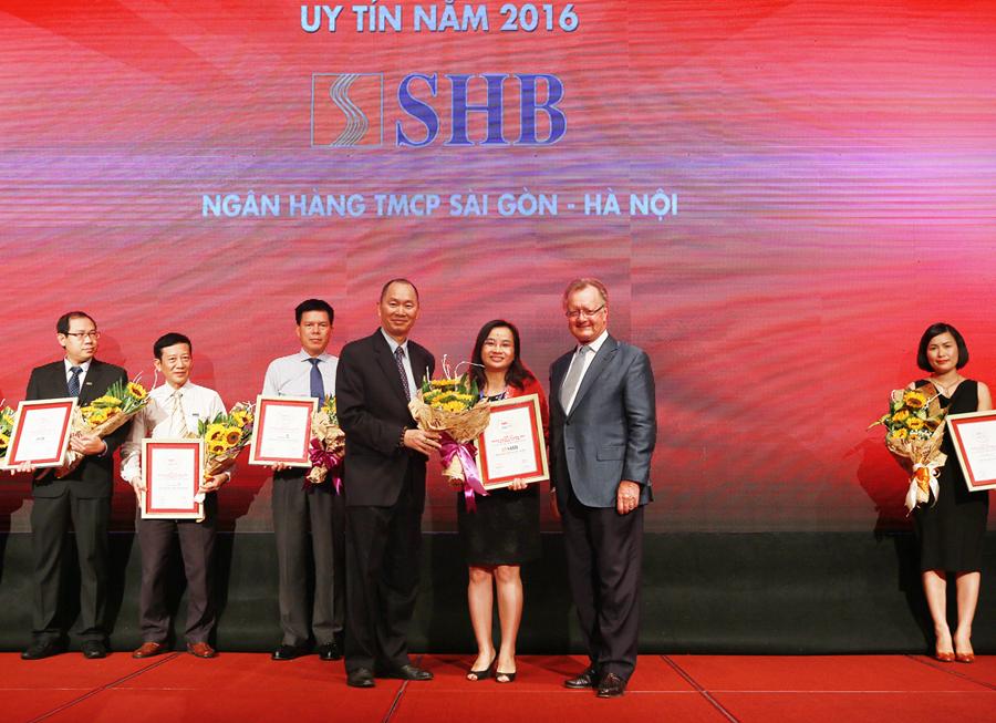 Bà Ngô Thu Hà – Phó Tổng Giám đốc SHB nhận giải thưởng Top 10 NHTM Uy tín nhất Việt Nam