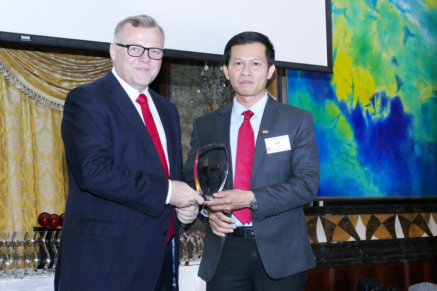 Ông Đỗ Lam Điền (phải) – GĐ Khối Ngân hàng Doanh nghiệp SHB lên nhận giải thưởng NH Tài trợ dự án tốt nhất và NH SME tốt nhất